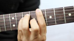 Cách tập bấm hợp âm chặn cho người mới học guitar, ukulele,...
