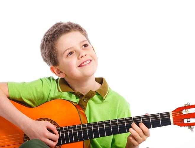 Cho bé học đàn guitar lúc mấy tuổi